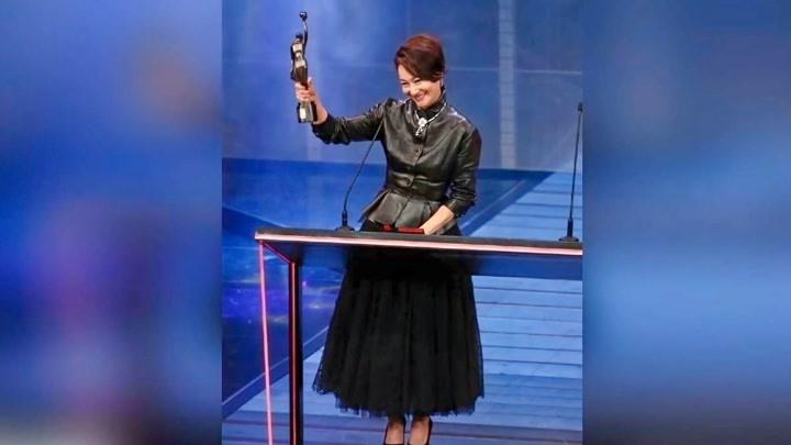惠英紅喜獲金像獎最佳女配角曬照感謝粉絲很暖心