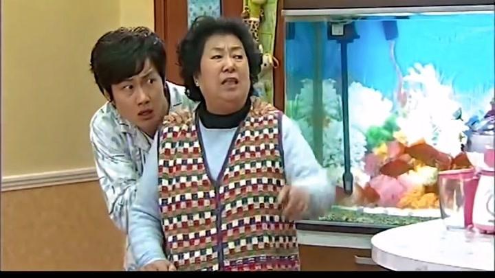 搞笑一家人:兒子剛來吃飯,不料老爸又返回來了,這下兒子慘了!